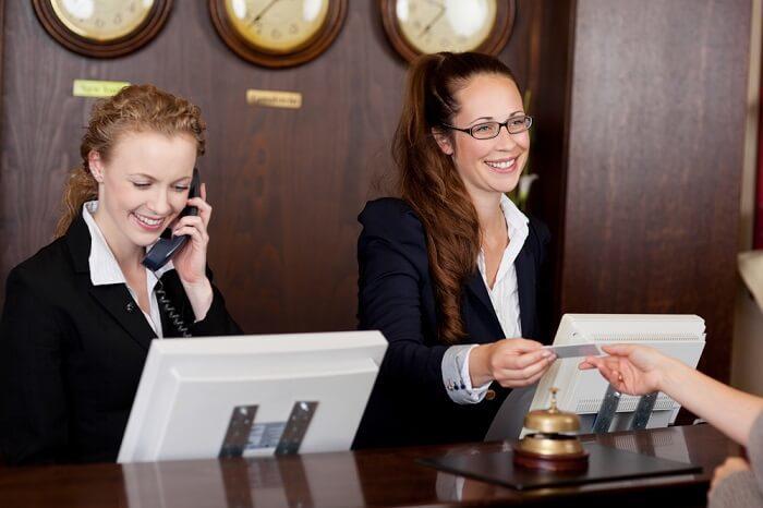 Hôtesse d'accueil sans expérience : mettre en valeur son CV