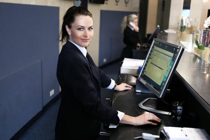 Quel est le rôle d'une hôtesse d'accueil ? Tout en détails ici !