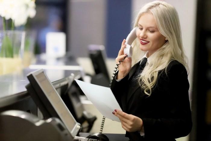 Combien gagne une hôtesse d'accueil : contrats et salaire