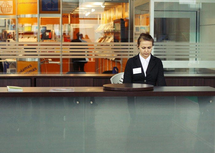 Comment devenir hôtesse d'accueil au Luxembourg ?